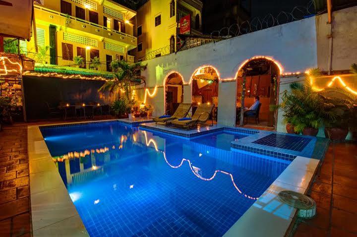travel and talk sundance inn phnom penh photograph,travel cambodia,sundance in phnom penh, phnom penh photohraph,travel writing jody hanson,travel south-east asia.