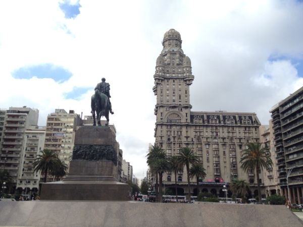 travel and talk montevideo photograph,travel uruguay,travel south america,travel writing kerrie,travel montevideo,montevideo photograph,plaza independencia montevideo photogrpah